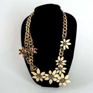 Large statement daisy necklace